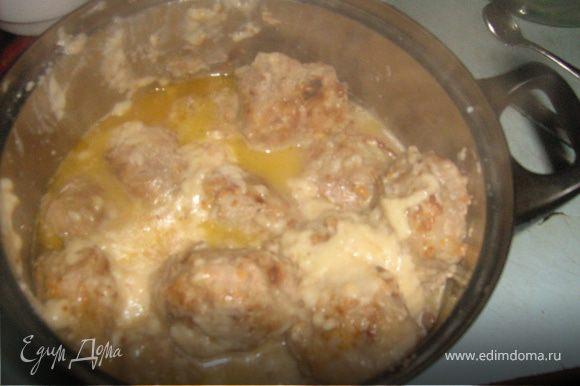 Готовим соус. В разогретое на сковороде масло (небольшое количество) высыпаем столовую ложку муки и быстро размешиваем, чтобы мука растворилась. Потихоньку вливаем молоко, при этом постоянно размешиваем. Когда все молоко добавили, быстро добавляем специи, размешиваем и выключаем, так как соус быстро становится густым.(Любители сметанного соуса могут вместо молока добавлять сметану)На дно кастрюли с тефтелями наливаем немножко кипяченой воды (чтобы тефтели сразу не пристали),а сверху заливаем молочным соусом, тушим на небольшом огне 15-20 минут. При подаче посыпаем рубленой зеленью. Приятного аппетита!:-)