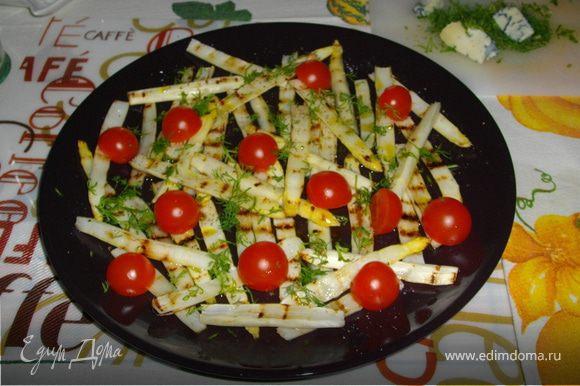 Спаржу промыть, зачистить немного нижнюю часть стеблей, разрезать вдоль пополам, обсушить салфеткой и обжарить по паре минут с каждой стороны на сухой сковороде-гриль. Теплую спаржу немнго посолить, взбрызнуть бальзамическим уксусом (конечно лучший из Модены, что в Италии в области Эмилия-Романия)или лимонным соком, полить оливковым маслом. Добавить помидорчики, разрезанные пополам. Перемешать (я это делаю рукой), разложить декоративно на закусочные тарелочки (например так, как на главной фотографии). Очень сочная хрустящая ароматная закуска. Частенько к такой спарже я добавляю сырые шампиньоны, замаринованные в соке лимона,оливковом масле со щепоткой соли.