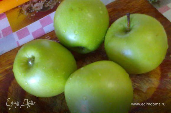 Яблоки очистить от кожуры, порезать крупными кубиками. Можно яблоки посыпать корицей.