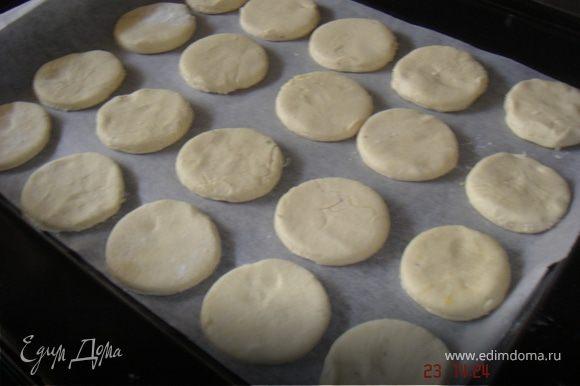 Выпекать печенье на сухой пергаментной бумаге 8- 10 мин при t=200 С.