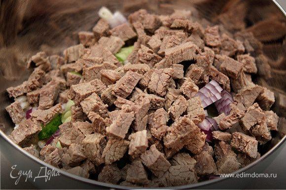 Когда мясо будет готово, его нужно нарезать мелкими кубиками и положить в салат.