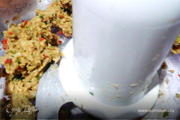 Креветки очистить. Измельчить в процессоре с имбирем, чесноком, кинзой, чили и зеленым луком. Добавить кунжутное масло и соевый соус и еще раз измельчить. Поперчить.