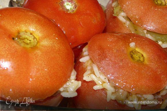 Духовка 170С , наполнить помидоры рисом, накрыть крышками, сбрызнуть оливковым маслом и поставить на 20 минут в духовку.