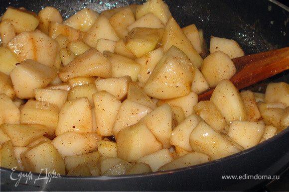 Груши очистить и нарезать кубиками. Масло растопить в сковороде, добавить груши, корицу, ванильный сахар и продержать на огне 7-8 мин.