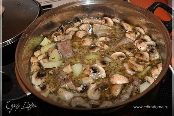 Кладём нарезанный картофель, грибы,соль,специи и тушим до готовности.