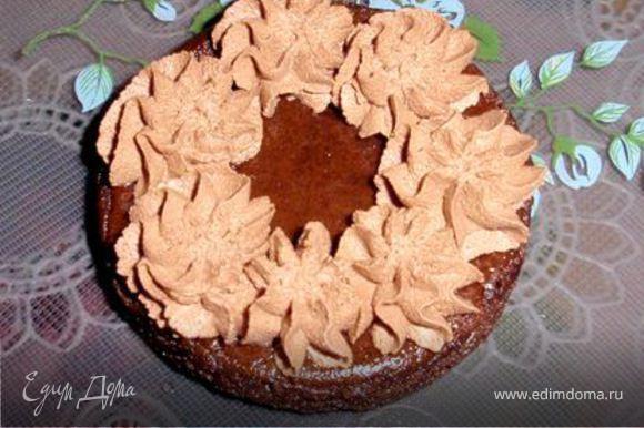 На бисквит выкладываем шоколадный крем, оставляя в середине пустое место.
