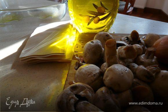 Грибы с луком поджарить несколько минут. Проварить листы для лазаньи минут 5. Шпинат, лук, яйца, оба сыра соль и перец перемешать. Добавить грибы.