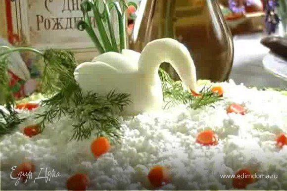 По краям пересыпать натёртыми желтками яиц. Между желтками и краем блюда выкладываем лук. Можно добавить, что есть под руками (калина, рябина и т.п.) Украсить салат, сделав из отваренного яйца лебедя или чем-то на своё усмотрение. Фантазиям и творчеству - нет предела.