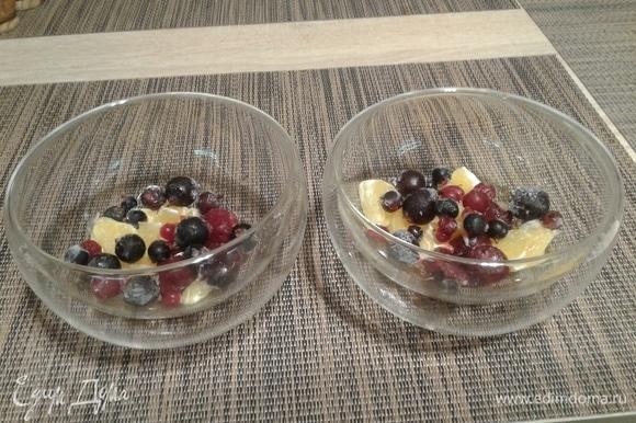 В каждую креманку на дно выложить фрукты.