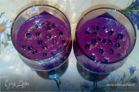 Молоко,сахар,лимонный сок,чернику и карицу взбиваем в блендере в течение 1 минуты. Полученный крем разливаем по бокалам и украшаем ягодами черники.