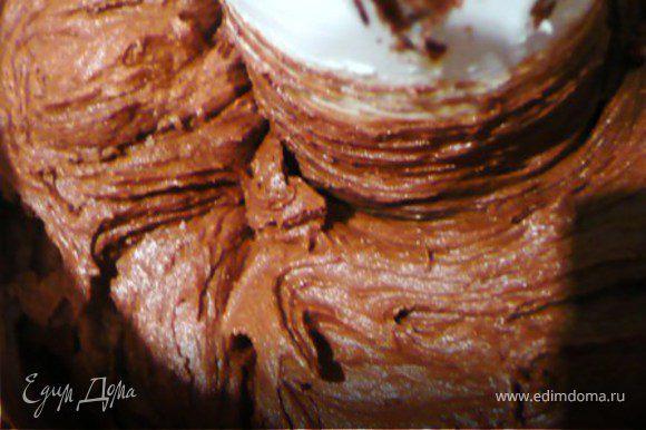 В процессоре взбить рикотту с сахарной пудрой до однородной и гладкой массы. Добавить шоколад. Перемешать. Ни в коем случае не класть начинку в холодильник, так как шоколад затвердеет и будет сложно работать с начинкой.