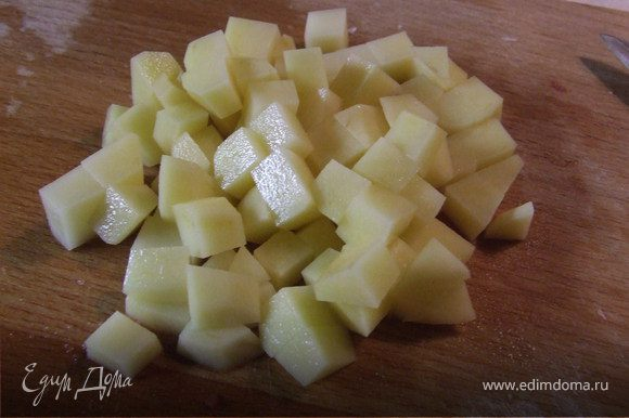 Картофель также нарезать небольшими кубиками.