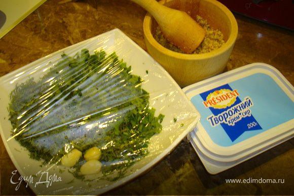 Грецкие орехи измельчить в ступке или блендере, смешать с сыром, измельченой зеленью, посолить, поперчить по вкусу.
