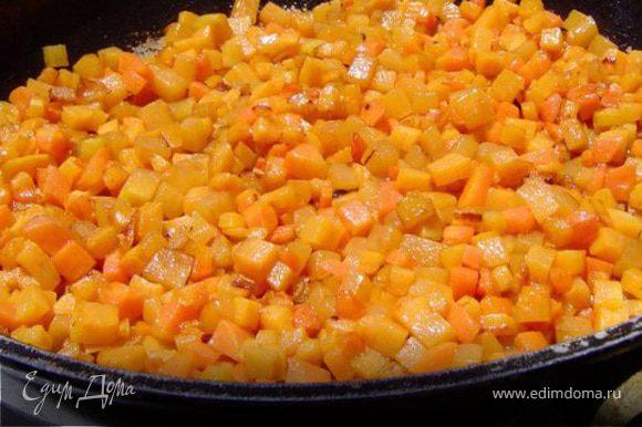 приготовьте фарш: порежьте тыкву и курдючное сало на очень мелкие кубики. Очистите лук и мелко порубите его. Смешайте тыкву, сало и лук, добавьте сахар, перец и соль по вкусу. Для тех кто не ест мясные продукты вместо сала просто положите в каждую самсу сверху начинки кусочек слив масла. На каждую лепешечку выложите по ложке начинки и защипните в виде треугольника. Покройте противень пергаментом, выложите самсу .Смажте сверху желтком и посыпте черным кунжутом. выпекайте в предварительно разогретой до 200 °С духовке 20 мин.(до золотисто коричневого цвета)
