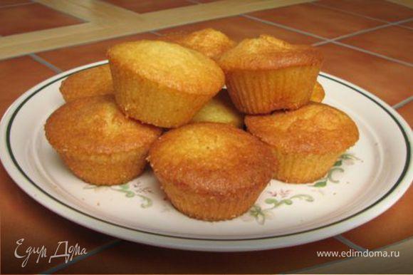 - взбиваем яйца с сахаром, увеличивая объема в два раза. - взбиваем масло, добавляем крахмал, муку, миндаль, взбитые с сахаром яйца. - перемешиваем. - укладываем в смазанные формы - выпекаем духовке минут 40. - после приготовления посыпаем сахарной пудрой приятного аппетита! рецепт с сайта http://www.icooker.ru/