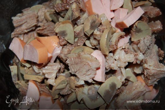 """Через час берем почку, промываем ее в холодной воде, режем мелкими """"дольками"""", мясо так же достаем из кастрюли, режем, бульон процеживаем. В бульон отправляем почку, говядину и мелконарезанные сосиски, обжареный лук и огурцы с помидорами,лавровый лист, перцы горошком минут на 30.Когда наш суп почти готов пробуем на соль - если требуется, солим. Перед подачей чистим лимон от цедры, режем его на маленькие сигментики, маслны без косточек ражем пополам,все это кладем непосредственно в тарелку, туда же кладем каперсы, кому нравится, могут еще добавить сметвны или зелени! Всем приятного аппетита!"""
