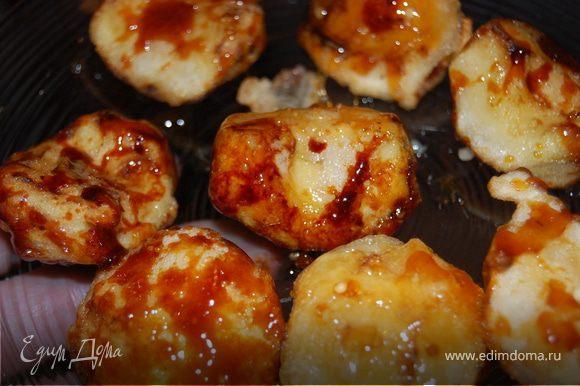 Быстро, пока карамель не остыла, выложить яблоки и осторожно перемешать, чтоб карамель распределилась равномерно. ВСЕ! Подавать посыпав кунжутом, или сахарной пудрой, или просто так! Приятного аппетита!