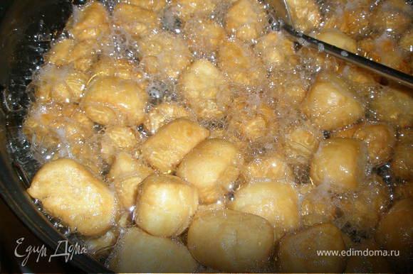 В сковородку налить масло. Сковородка и масло должны быть ХОЛОДНЫМИ! Положить колобки в масло и жарить на среднем огне пока не подрумянятся.