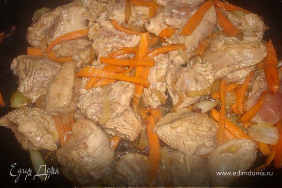 А пока маринуется филе - обжариваем овощи.После добавим в них мяско, без маринада, и снова немного обжарим.