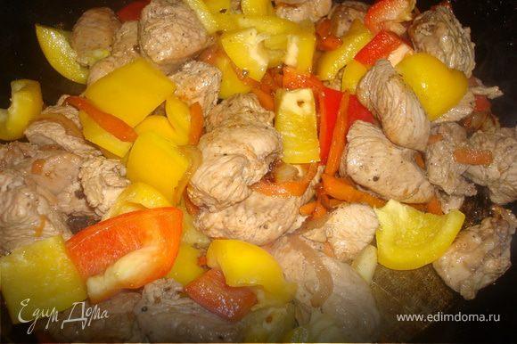 когда мяско с морковочкой и лучком немного обжарится - добавим в него нарезанные перцы, и ананас кубиками. и минут через пять можно залить оставшимся маринадом, добавив немного сока от ананаса. доводим до кипения, накрываем крышкой, и тушим минут 10.