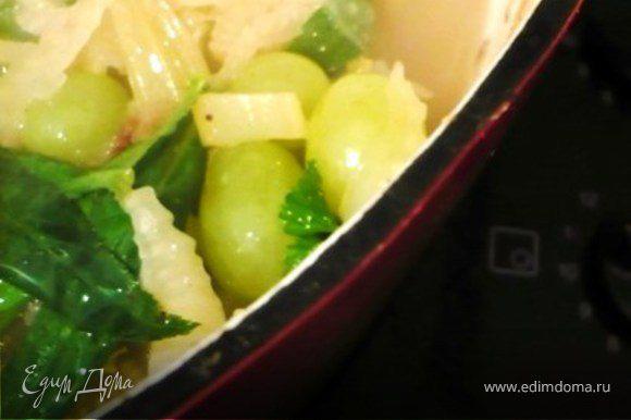 """Готовых цыплят достать и уложить на глубоком блюде. Соус вернуть на огонь. Добавить листья эстрагона и петрушки и виноград. Проверить на соль и перец. Поварить пару минут и полить (несколько половников) блюдо с цыплятами. Хорошо с чесночными крутонами - см. """"Coq au vin"""" http://www.edimdoma.ru/recipes/8263"""
