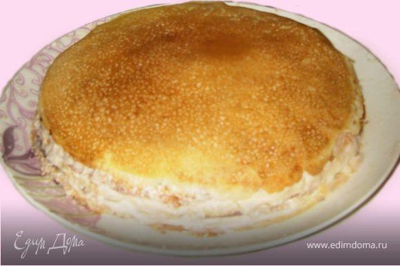Для торта нужно 18-20 тонких блинов. Когда блины остынут, по одному выкладывайте их на блюдо, смазывая получившимся кремом. Поставить в холодильник на 20-30 мин.