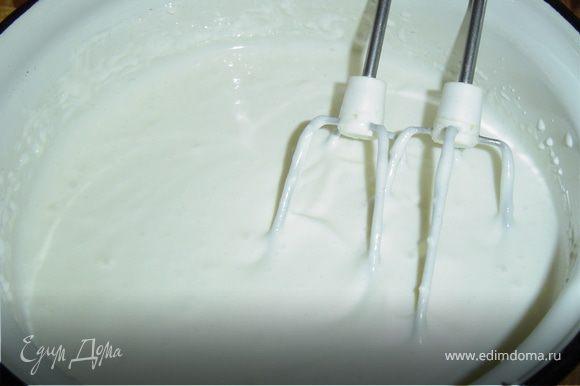 Пока застывает основа торта, готовим крем. Для этого взбиваем творог с сахаром и сметаной в однородную массу.