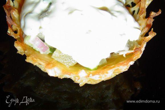 На овощную смесь кладем немного красной икры, и заправляем смесью из творожного сыра, майонеза и зелени.