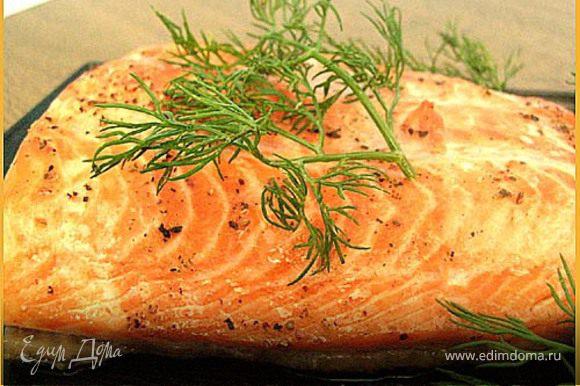 Делаем соус: Сметану смешать с белым перцем, измельчённым укропом. Поместить в соусник. До подачи на стол - хранить в холодильнике, затянув пищевой плёнкой.