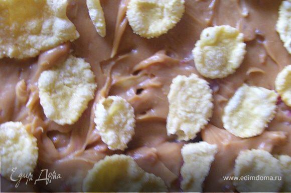 Остывшие коржи пропитать сиропом, сваренном из коньяка, воды и сахара. Сгущеное молоко взбить с маслом. Каждый коржик промазать кремом, обсыпая кукурузными хлопьями.