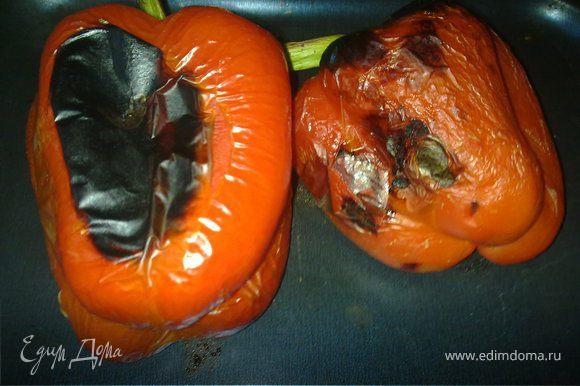 Натереть перцы и помидор оливковым маслом и отправит в духовку, разогретую до 180 градусов, минут на 20, до черных подпалин. И положить их затем в полиэтиленовый пакет минут на 5-7 (потом кожица будет легче сниматься).