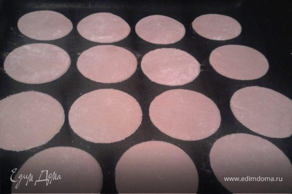 Для торта испечь коржи. Для пирожных вырезать из теста кружочки (квадратики и т.п.)