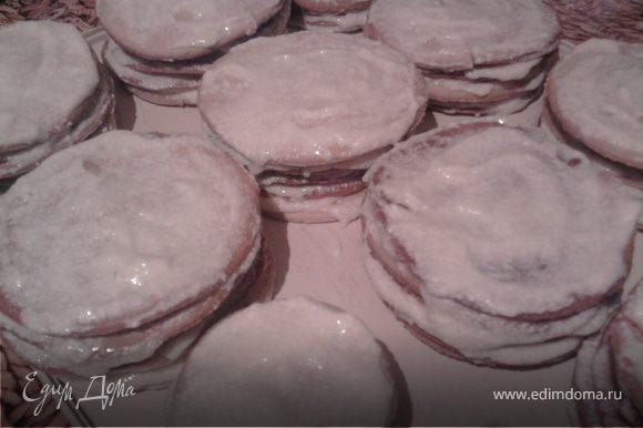 Смазать заготовленные коржики (достаточно по 6 штук), а края обсыпать сухарями (которые выпекаются из обрезок теста)