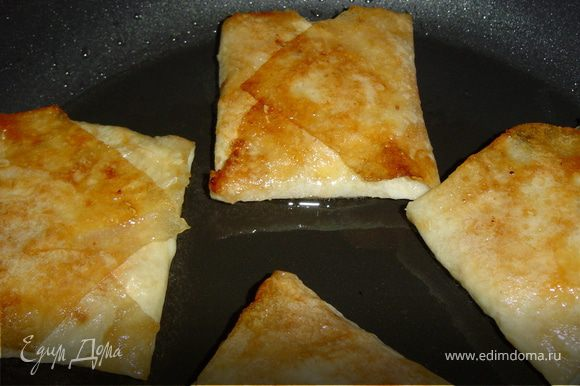 Обжариваем конвертики на оливковом масле с двух сторон.