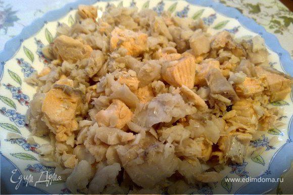 1. Отварить картофель как для пюре. Рыбу порезать на небольшие брусочки , положите в кастрюлю, залейте белым вином и доведите до кипения. Варите на маленьком огне 5-7 мин. Полученный бульон слить в отдельную емкость, рыбу разобрать, удалить шкурки.