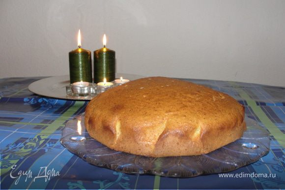 Проверяем длинной палочкой или зубочисткой, если тесто не липнет, пирог готов.