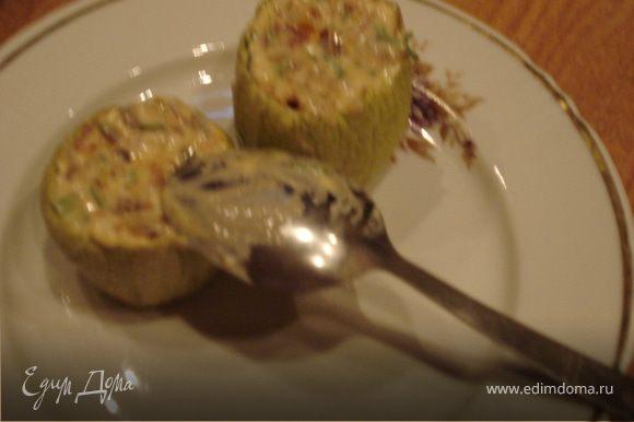 """Фаршируем овощной начинкой """"кабачковые"""" стаканчики,устанавливаем их на листья салата и накрываем обжаренными кружками кабачков."""