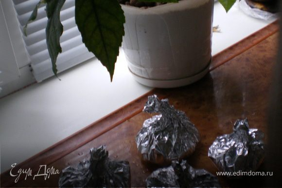 Растопить сливочное масло (небольшой кусок) и обжарить в нем муку до золотистого цвета, затем постепенно вливать молоко постоянно промешивая венчиком, мешать на слабом огне пока соус не загустеет, добавить соль и мускатный орех.Соус готов. В фольгу положить кусочек рыбы (половину филе), посолить,поперчить,посыпать мелко рубленным чесноком,нарезанными шампиньонами,полить соусом бешамель, закрыть фольгу.Отправить в духовку 180 гр на 20 мин, за 5 мин до приготовления расрыть посыпать укропом и тертым сыром.