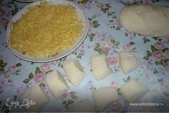 1/3 сыра трем на мелкой терке, 1/3 сыра трем на крупной терке. Тесто делим на 2 части. Из одной готовим булочки, из другой батончики (сырные палочки. Для приготовления булочек тесто выкладываем на посыпанный мукой стол, сверху присыпаем мукой и вымешиваем тесто так, что бы оно стало эластичным, отлипало от стола, держало форму. Тесто скатываем в цилиндр и нарезаем 12 кусочков.