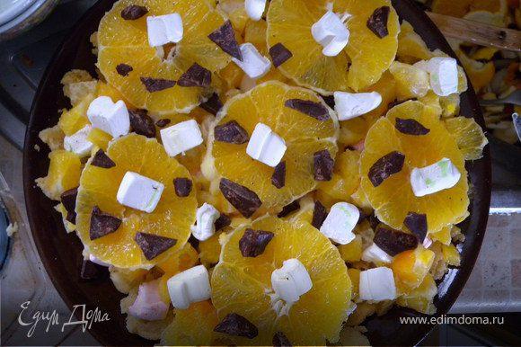 Украсить кругами из апельсинов. Сверху оставшийся шоколад и немного зефира.