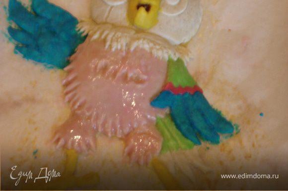 """Пока он печется ,мы готовим """"краски"""".Яичный белок смешиваем с сахарной пудрой,затем разделяем получившуюся глазурь на несколько частей и добавляем пищевые красители.Приступаем к художественным работам."""