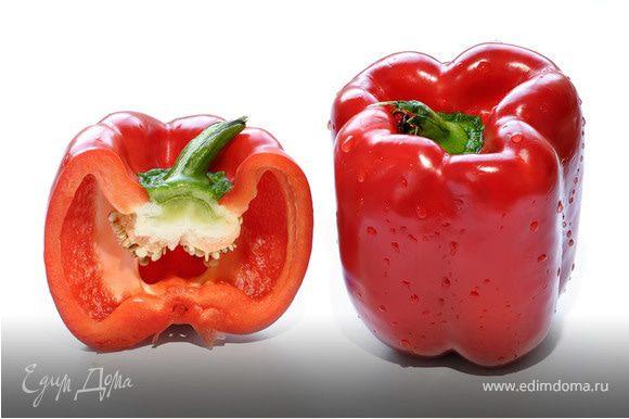 Перец помойте и удалите плодоножку.Затем разрежьте его на две части,очистите от семян и нарежьте мелкой соломкой.Чтобы салат выглядел аппетитно и красочно, лучше выбирайте перец красного и желтого цветов.