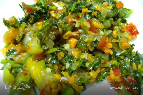 """Все овощи вымыть, очистить, порезать очень мелко,засыпать солью. (Перец. помидор и лук я режу ножом, а морковь предпочитаю измельчать блендером или через мясорубку).Дать немного постоять, чтобы образовался """"сок""""."""