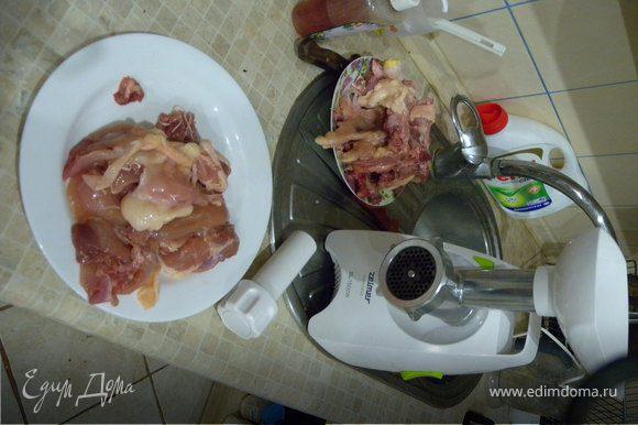 Курица на раз: отделяем филе. получается 2 штуки (из филе можно много чего приготовить).