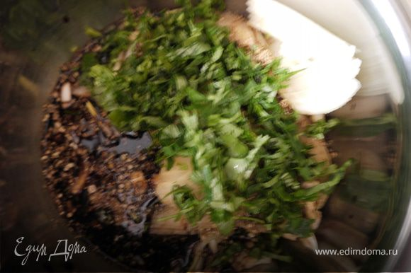 лук,зелень,чеснок порезать,кориандр растолочь,влить соевый соус,масло это и будет наш маринад