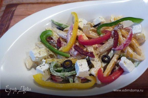 Макароны, оливки, паприку и томаты перемешать с майонезом, посолить, поперчить. Аккуратно вмешать сыр. Приятного аппетита!