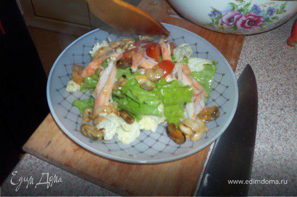Выложить салат на блюдо и ввести в него горячие морепродукты