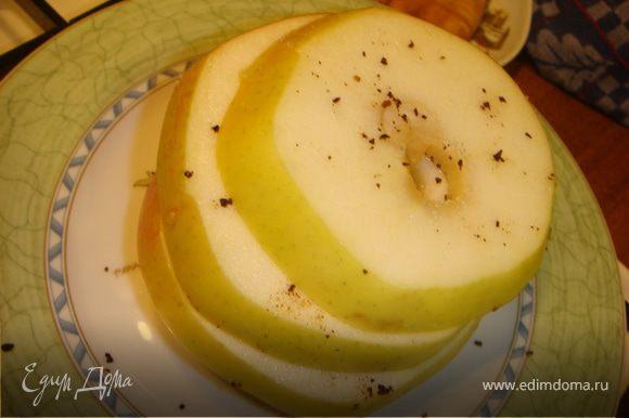 Грудки нарезать вдоль тонкими ломтиками, посолить и поперчить. Перцы нарезать кусочками. Яблоки - кружочками, сбрызнуть соком лимона, посыпать сахарком и гвоздикой, оставить минут на 20.