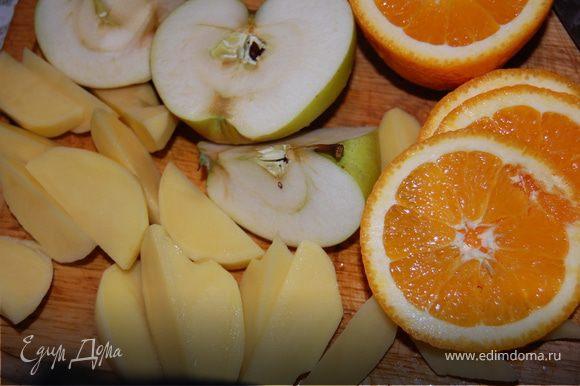 Яблоки освобождаем от сердцевинок, режем дольками, у меня яблоки крупные, я порезала на 8 частей, апельсин режем пополам, из одной половинки нам понадобится сок, вторую режем кружками, срезаем цедру, картофель чистим и режем дольками, или кому как нравится.