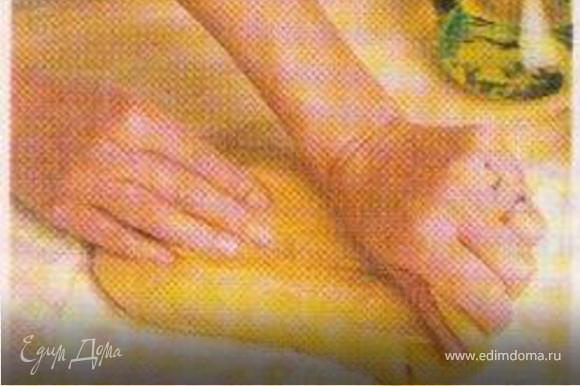 Замесите тесто из муки, яиц, оливкового масла, щепочки соли и нескольких столовых ложек воды.Легко надавите на него пальцем: если маленькое углубление быстро исчезло, тесто нужной консистенции.Смажьте растительным маслом и оставьте.